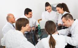 Médecins au colloque dans la clinique Photos stock