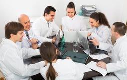Médecins au colloque dans la clinique Image stock
