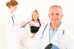 Médecins avec le bâti menteur de patient hospitalisé photographie stock libre de droits