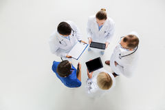 Médecins avec le cardiogramme et et le PC de comprimé Photographie stock