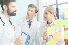 Médecins ayant la réunion de travail Photos stock