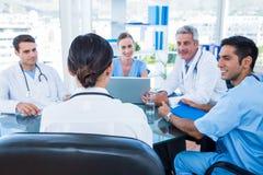Médecins ayant une réunion images libres de droits