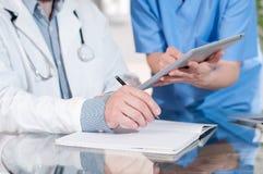Médecins ayant une réunion dans le bureau médical photos libres de droits