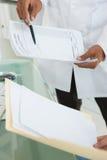 Médecins comparant des notes de travail photos stock