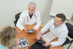 Médecins d'équipe ayant la réunion à la clinique Photo stock