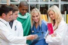 Médecins d'équipe dans un hôpital photos libres de droits