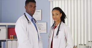 Médecins d'afro-américain dans le bureau médical images stock