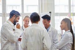 Médecins dans la formation médicale image libre de droits