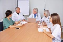 Médecins dans un cours de formation Photos stock