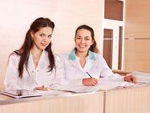 Médecins de groupe à la réception dans l'hôpital. Image libre de droits