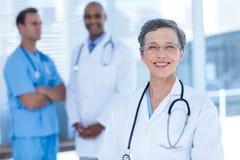 Médecins de sourire de collègues regardant l'appareil-photo Images libres de droits