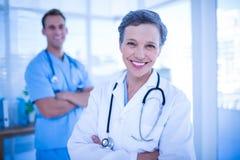 Médecins de sourire de collègues regardant l'appareil-photo Photo libre de droits