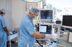 Médecins employant l'électro moniteur de gramme Images libres de droits