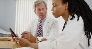 médecins ensemble deux fonctionnant Photo libre de droits