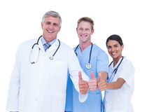 Médecins et infirmière faisant des gestes des pouces  Photographie stock