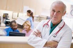 Médecins et infirmières à la réception image libre de droits