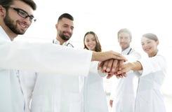 Médecins et infirmières dans une équipe médicale empilant des mains Photo libre de droits