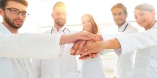 Médecins et infirmières dans une équipe médicale empilant des mains Photographie stock