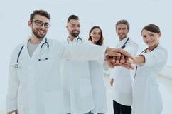 Médecins et infirmières dans une équipe médicale empilant des mains Image libre de droits