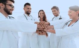 Médecins et infirmières dans une équipe médicale empilant des mains Photos stock