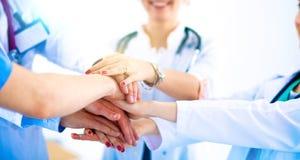 Médecins et infirmières dans une équipe médicale empilant des mains Photo stock