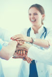 Médecins et infirmières dans une équipe médicale empilant des mains Photographie stock libre de droits