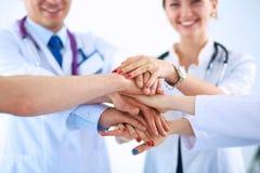 Médecins et infirmières dans une équipe médicale empilant des mains Image stock