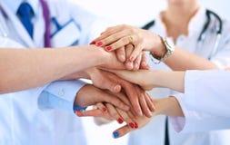 Médecins et infirmières dans une équipe médicale empilant des mains Images stock