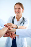 Médecins et infirmières dans une équipe médicale empilant des mains Photos libres de droits