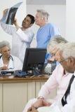 Médecins et patients dans la clinique photo libre de droits
