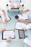 Médecins examinant des rapports médicaux Photo libre de droits