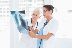 Médecins féminins examinant le rayon X Image stock