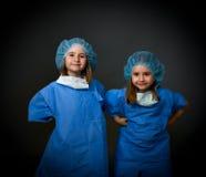 Médecins jumeaux de sourire d'enfants Images stock