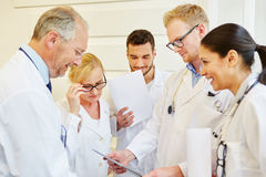 Médecins lors de la réunion photos stock