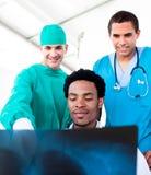 Médecins mâles optimistes regardant le rayon X photo libre de droits