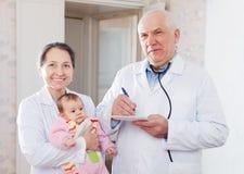 Médecins mûrs de pédiatre avec la chéri Photo libre de droits