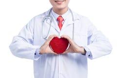 Médecins masculins tenant le coeur rouge pour l'idée protectrice de concept sur le wh Images libres de droits