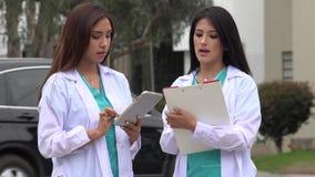 Médecins ou infirmières féminins banque de vidéos