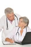 Médecins pluss âgé avec un ordinateur portable Image libre de droits