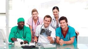 médecins regardant le rayon X image stock