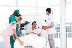 Médecins s'inquiétant à un patient images stock