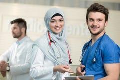 Médecins saoudiens travaillant avec un comprimé Photo libre de droits