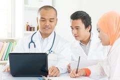 Médecins se réunissant au bureau d'hôpital Photo stock