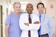 Médecins Standing In A Hospital Photos libres de droits