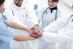 Médecins tenant des mains ensemble à l'hôpital Photos libres de droits