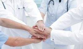 Médecins tenant des mains ensemble à l'hôpital Photo libre de droits