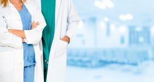 Médecins travaillant avec le collègue dans l'hôpital photographie stock