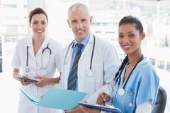 Médecins travaillant ensemble sur le dossier de patients photo libre de droits