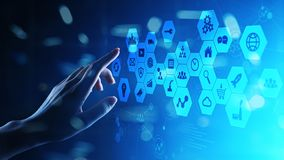 Médias mélangés, icônes de la veille commerciale sur l'écran virtuel, analyse et grand tableau de bord informatique image libre de droits