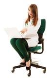 médical Docteur de femme travaillant sur l'ordinateur portable d'ordinateur Images libres de droits